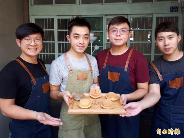 新竹市東南街爆紅的「小鵲SING」紅豆餅是4個年輕人的創業小店,所做的餡料都是當天現做,且跟一般餡料不同,吃起來讓人大大滿足又有飽足感。(記者洪美秀攝)