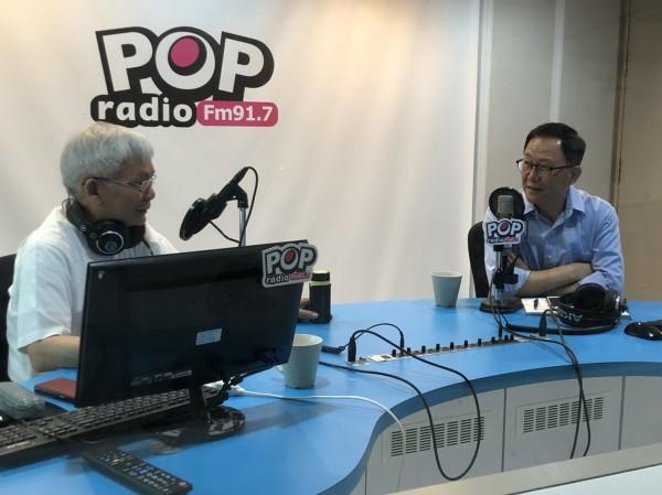 國民黨台北市長參選人丁守中(右)上廣播節目。(丁守中團隊提供)