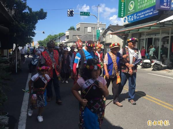 利嘉部落族人赴台東林管處抗議。(記者張存薇攝)