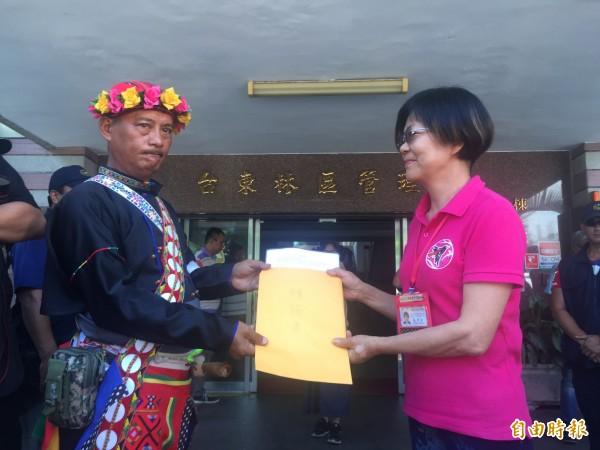 台東林管處長劉瓊蓮接受陳情書。(記者張存薇攝)