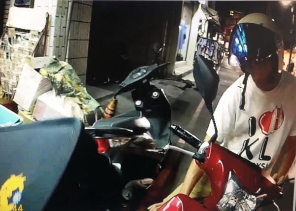 張男於闖空門前20分鐘,因騎機車未戴安全帽,被警方取締開單。(記者彭健禮翻攝)