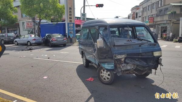 小貨車車頭凹陷,擋風玻璃脫落,橫擺在路上,轎車則衝到路肩。(記者彭健禮攝)