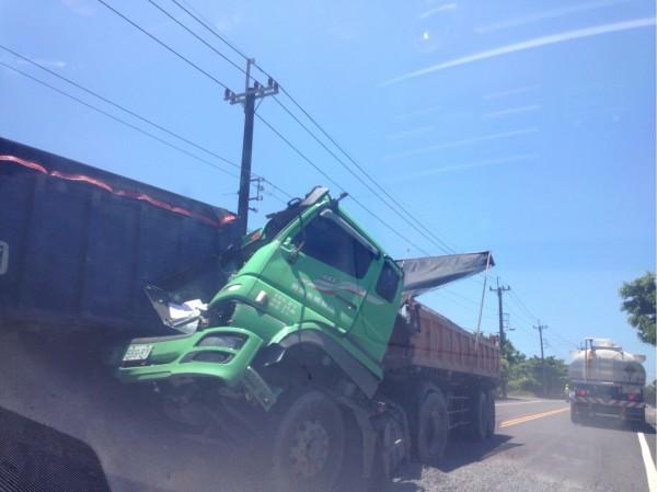 頭城濱海公路砂石車追撞施工車輛,駕駛輕傷。(記者林敬倫翻攝)