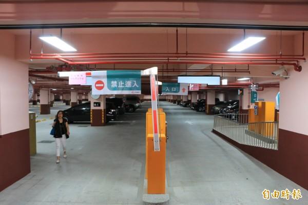 斥資2億的竹南國中地下停車場今天試營運,可提供205個汽車停車空間。(記者鄭名翔攝)