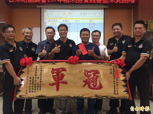 農友吳聲昌(右四)蟬聯東區農稻米品質競賽冠軍。(記者張存薇攝)