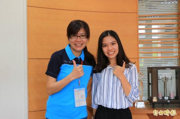 竹南高中李默箴(右)曾在外國求學、也曾在家自學,培養了社會人文關懷及國際視野,順利錄取台大經濟系,未來盼能為傳統農業貢獻所學。(記者鄭名翔攝)