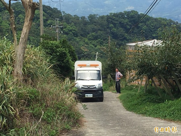 苗栗縣動物保護防疫所人員會同警方到案發現場訪查,因是山區,無相關監視器輔助調查。(記者彭健禮翻攝)