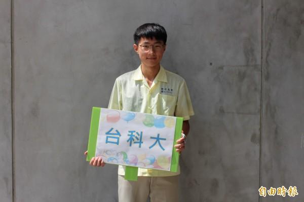 新竹高商學生簡企績國中會考僅1A4B,但卻努力認真,今年以高分錄取台科大企管系。(記者洪美秀攝)