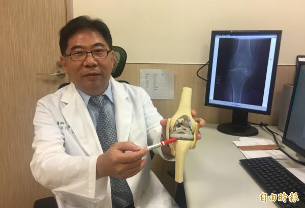 亞大醫院骨科部副主任唐國民表示,血友病患者因關節出血,容易出現磨損、變形,嚴重時需進行人工膝關節置換手術。(記者陳建志攝)