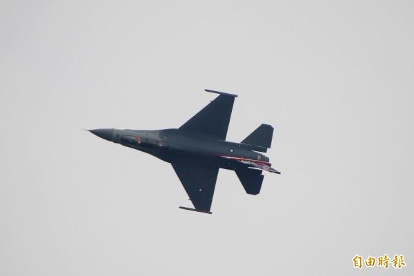 空軍嘉義基地今天進行全兵力預校,包括F16等各式戰機進行操演。(記者林宜樟攝)