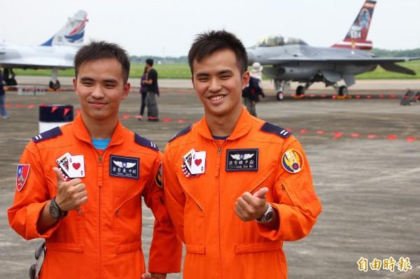 空軍首度在同一機種中有雙胞胎飛官,哥哥梁哲維(右)及弟弟梁哲豪(左)。(記者林宜樟攝)