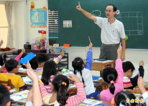 南投市平和國小英文老師李宏哲教學認真,深受學生敬愛。(記者謝介裕攝)