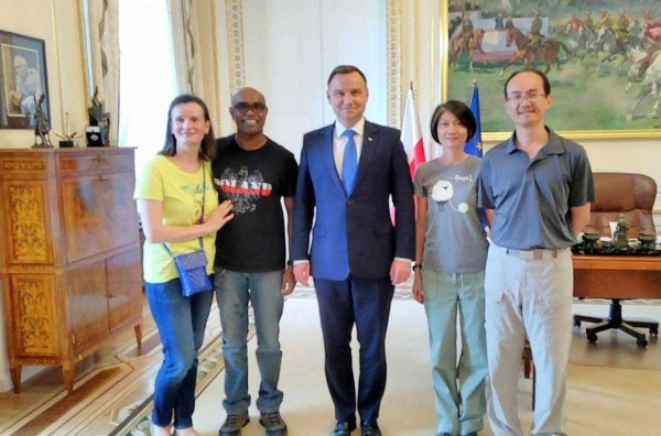 南投市平和國小英文老師李宏哲夫婦(右1、2),在波蘭旅遊獲邀與波蘭總統(中)一起喝下午茶,迄今仍覺得好像在作夢。(李宏哲提供)
