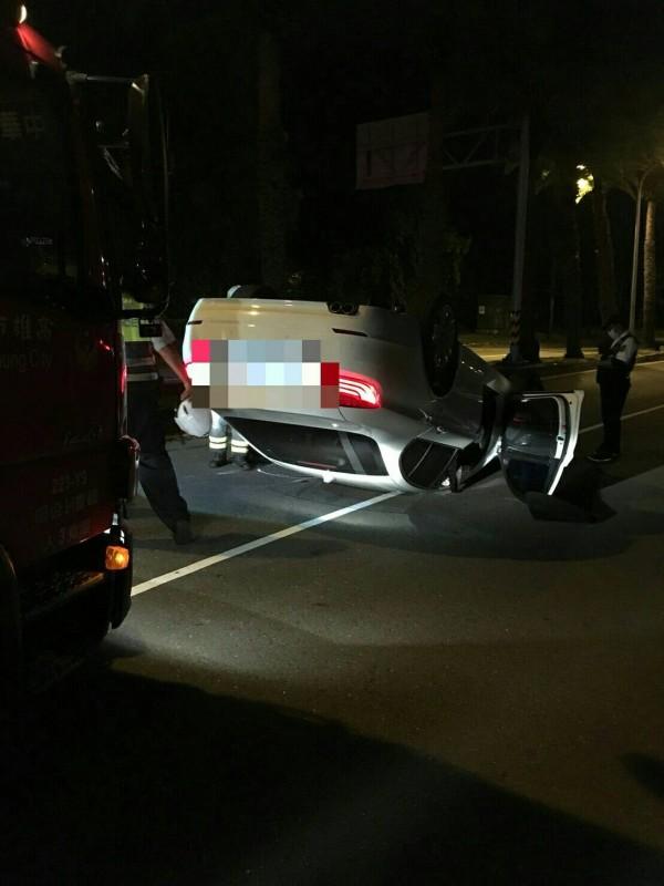 李男酒駕失控撞安全島,車子翻覆路中央。(記者方志賢翻攝)