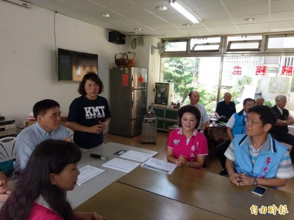 郝龍斌(左一)到嘉義市推公投案,退出國民黨的市議會議長蕭淑麗(左三)及前市長黃敏惠(左二)同場表支持,並簽署連署書。(記者王善嬿攝)