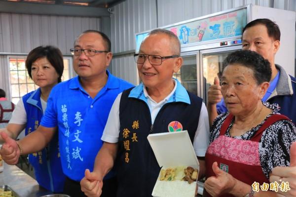 苗栗縣議員李文斌(左二)請媽媽(右一)每天帶領志工提供愛心便當。(記者鄭名翔攝)