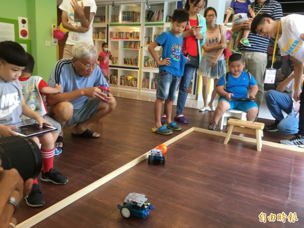 親子體驗人工智慧車,感受科技創意。(記者林國賢攝)