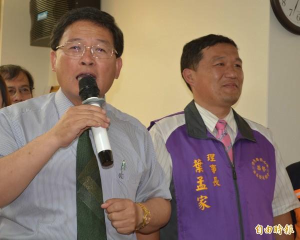 彰化市長邱建富(左)推崇西勢社區理事長葉孟家(右)與西勢里長王逢易爭取設置「巷弄服務站」。(記者湯世名攝)