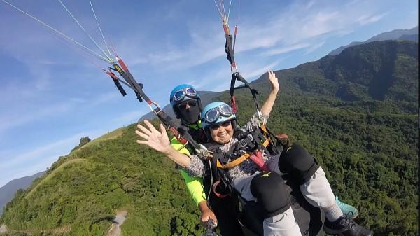 93歲阿嬤金吳瑞琳成功挑戰飛行傘,一覽台東縱谷的美景。(記者王秀亭翻攝)