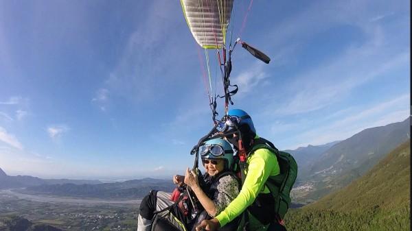 誰說飛行傘是年輕人才能挑戰,93歲阿嬤金吳瑞琳也成功飛上天空。(記者王秀亭翻攝)