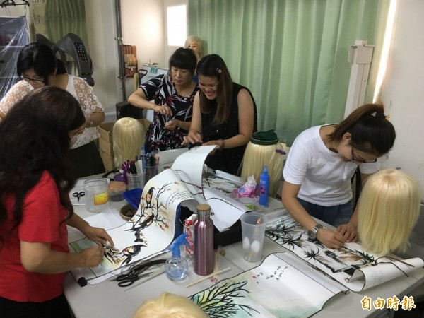 吳淑苓不藏私,將頭髮作畫技術傳給參加職訓學員。(記者林國賢攝)