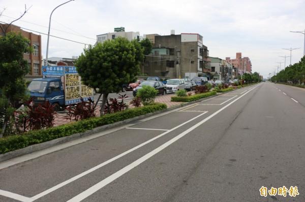 頭份市中興路上停車格使用率低,每日平均停不到半輛車,因此公所取消該路段停車收費。(記者鄭名翔攝)