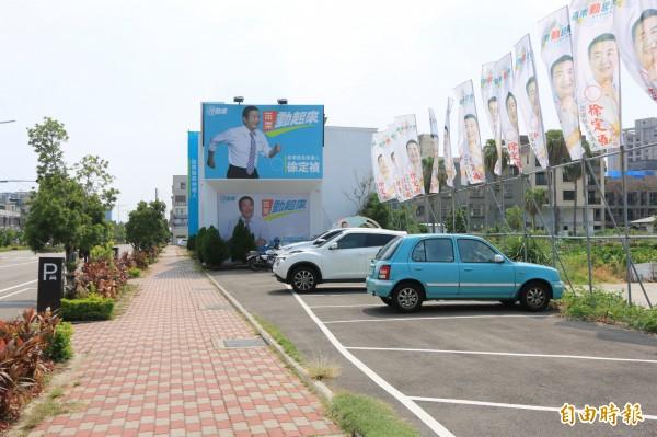 苗栗縣長參選人徐定禎競選總部設在中興路上,旁有自設停車格。(記者鄭名翔攝)