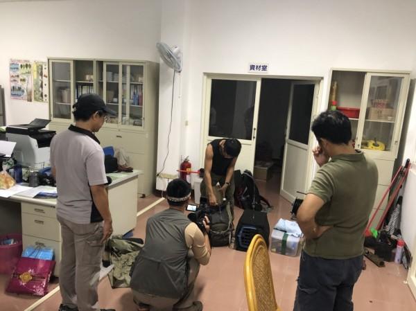 小黑熊今天搭直升機送到台灣中部的特生中心照顧,直升機出發前的最後準備。(林務局提供)