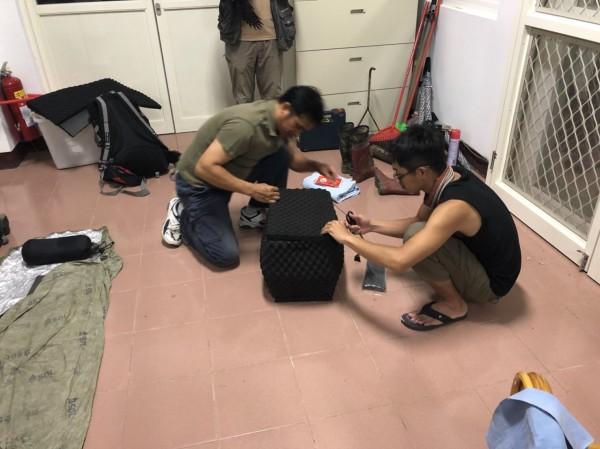 小黑熊今天搭直升機送到台灣中部的特生中心照顧,小黑熊裝進黑色的運輸籠中。(林務局提供)