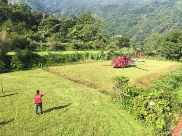 小黑熊搭乘黑鷹直升機降落特生中心。(林務局提供)