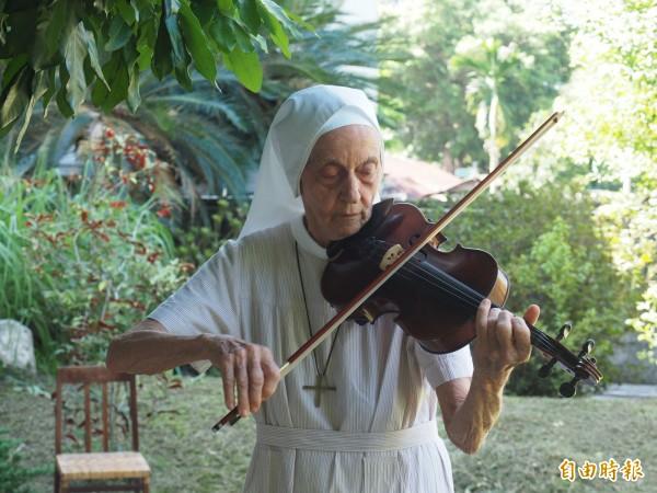83歲瑞士籍修女饒培德平時喜愛演奏小提琴,平時很少公開演奏。(記者王秀亭攝)