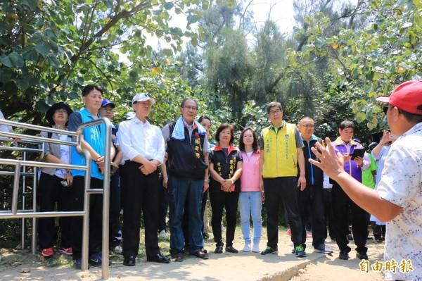 立法委員陳超明(左三)與交通部政務次長張政源(左二)參訪假日之森,聆聽當地居民意見。(記者鄭名翔攝)