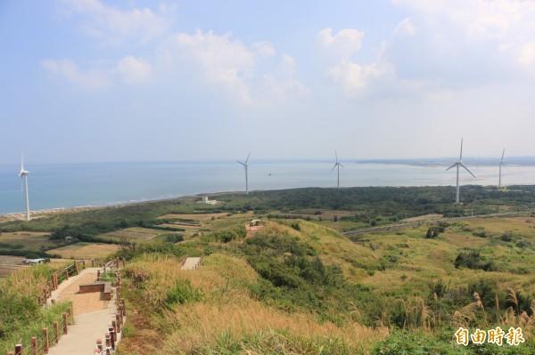後龍好望角可俯瞰沿海農地、風車、及遠處海天一線美景,是縣內著名觀光景點。(記者鄭名翔攝)