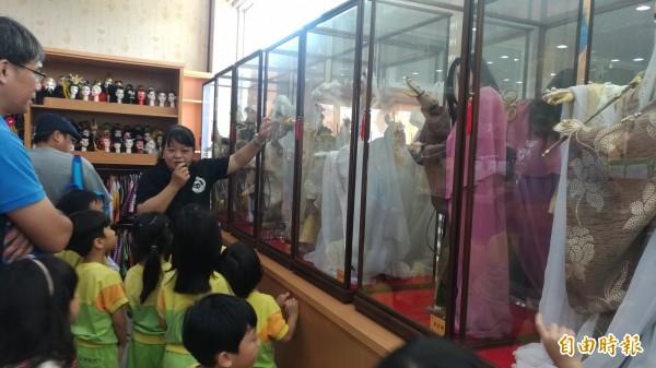 徐炎卿的女兒徐依裟擔任「「偶的家」」園區導覽解說。(記者廖淑玲攝)
