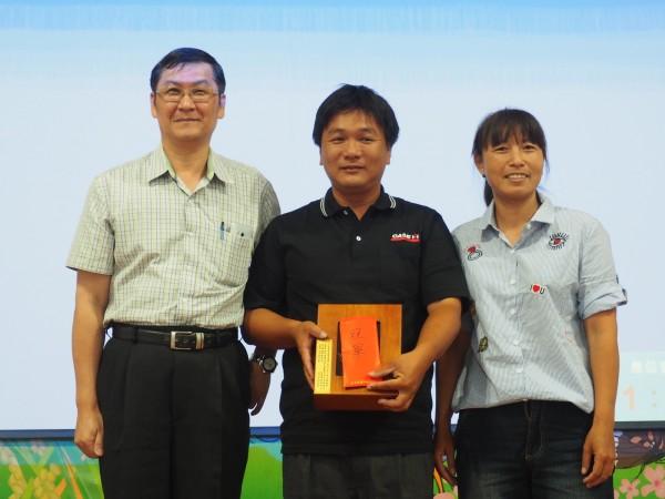 關山稻農莊炘原(中)與妻子用心栽培稻米,終於贏得第一名。(記者王秀亭攝)