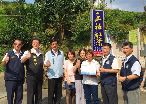 移民行動列車的官員,探訪成功融入台灣的新住民黃智善(右3)。(移民署提供)