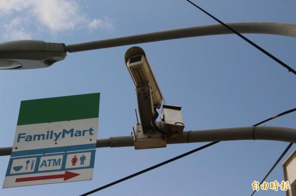 彰化縣推動智慧警政,擬在全縣所有路口設置1萬支網路型路口監視器。(記者張聰秋攝)
