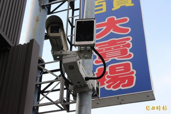 網路型路口監視器,彰化縣警察局擬全縣設置1萬支,但年底之前頂多可以完成設置8000多支,要達標不太可能。(記者張聰秋攝)