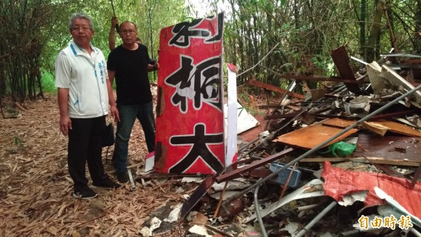 雲林縣議員蔡東富(左)、王又民(右)現勘要求相關單位追查廢棄物來源。(記者廖淑玲攝)