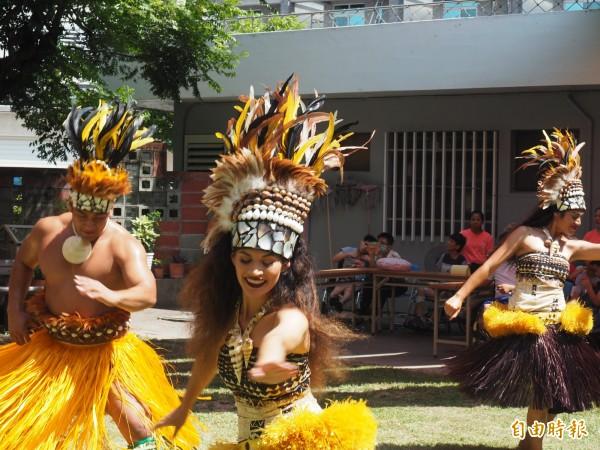 夏威夷玻里尼西亞文化中心舞團前進台東救星教養院公益演出。(記者王秀亭攝)