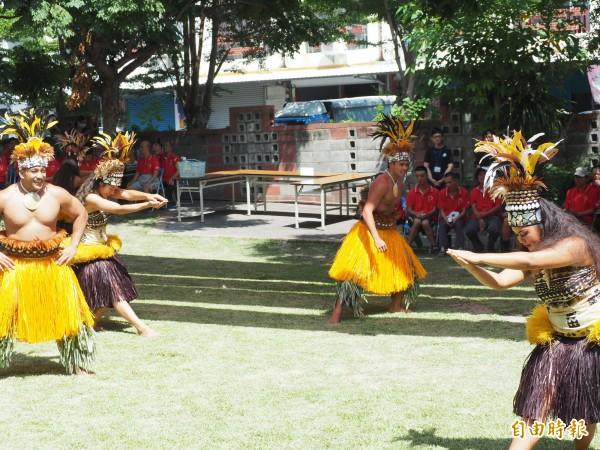 夏威夷玻里尼西亞文化中心舞者們在救星教養院公益表演。(記者王秀亭攝)