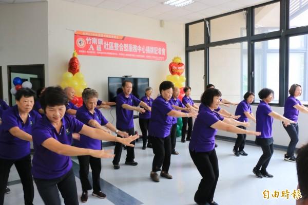 社區長輩們帶來動感舞蹈炒熱氣氛。(記者鄭名翔攝)