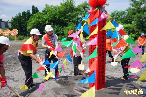 崁頂鄉生命紀念館在農曆七月前破土。(記者陳彥廷攝)