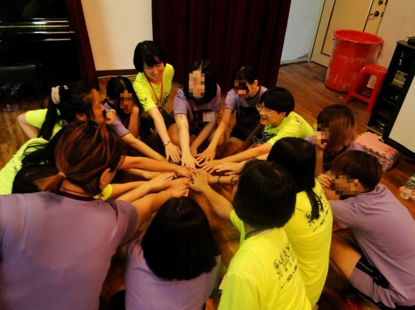 中華民國更生少年關懷協會志工至台北少年觀護所,帶領收容少年們闖關玩遊戲,讓收容少年們能從遊戲中反思,重啟新人生。(中華民國更生少年關懷協會提供)