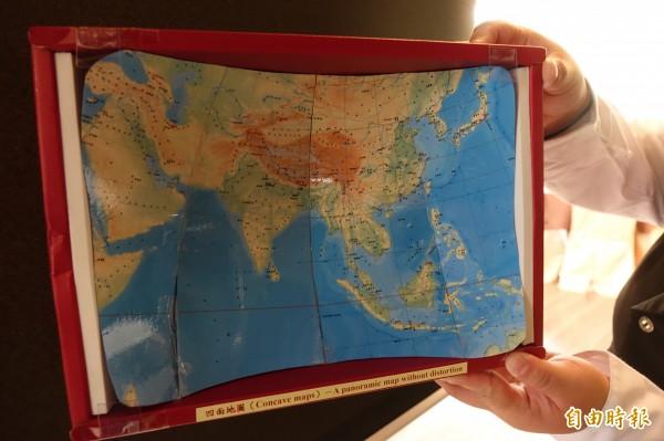 長得像盤子般的「凹面地圖」。(記者劉曉欣攝)
