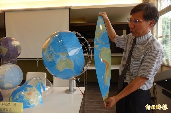 建國科技大學觀光系助理教授林志重,以地圖葉片製成「凸面地球儀」,拿下今年東京天才發明展金牌獎。(記者劉曉欣攝)