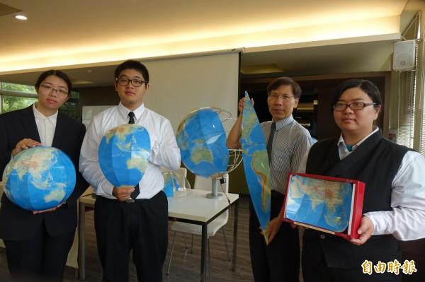 建國科技大學觀光系助理教授林志重(圖右二),以地圖葉片製成「凸面地球儀」,拿下今年東京天才發明展金牌獎。(記者劉曉欣攝)