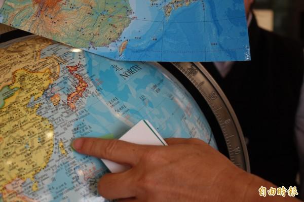 傳統機器地球儀,島嶼往往容易精準度不足,台灣就從番薯變橄欖。(記者劉曉欣攝)