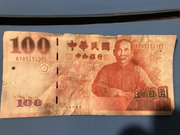 3張百元假鈔票的流水號,都是KY851512EL。(記者張瑞楨翻攝)