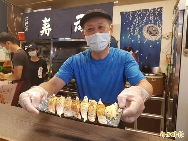 基隆仁愛市場「鈺 刺身丼」日本料理老闆林譽燂到崁仔頂選購新鮮海鮮,提供平價美食,炙燒握壽司讓人食指大動。(記者俞肇福攝)